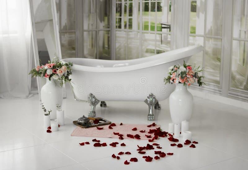 El balneario se relaja en baño de la flor Salón del balneario Baño con los pétalos color de rosa Relajación con los pétalos color fotos de archivo libres de regalías
