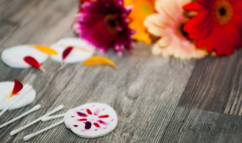 El balneario y la composición de la salud con la lila perfumada florece el cuenco y la toalla de Terry de madera en el fondo, aro fotografía de archivo