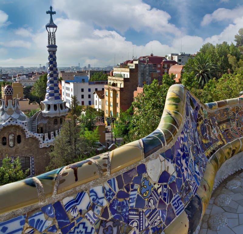 el banco de cerámica colorido en Parc Guell diseñó por Antoni Gaudi, B foto de archivo