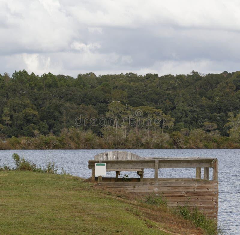 El banco II del lago imagenes de archivo