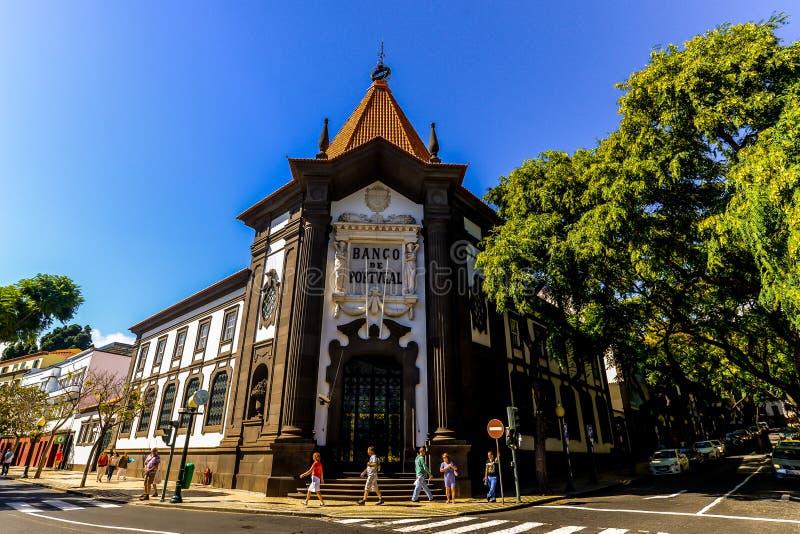 El banco viejo en Funchal foto de archivo