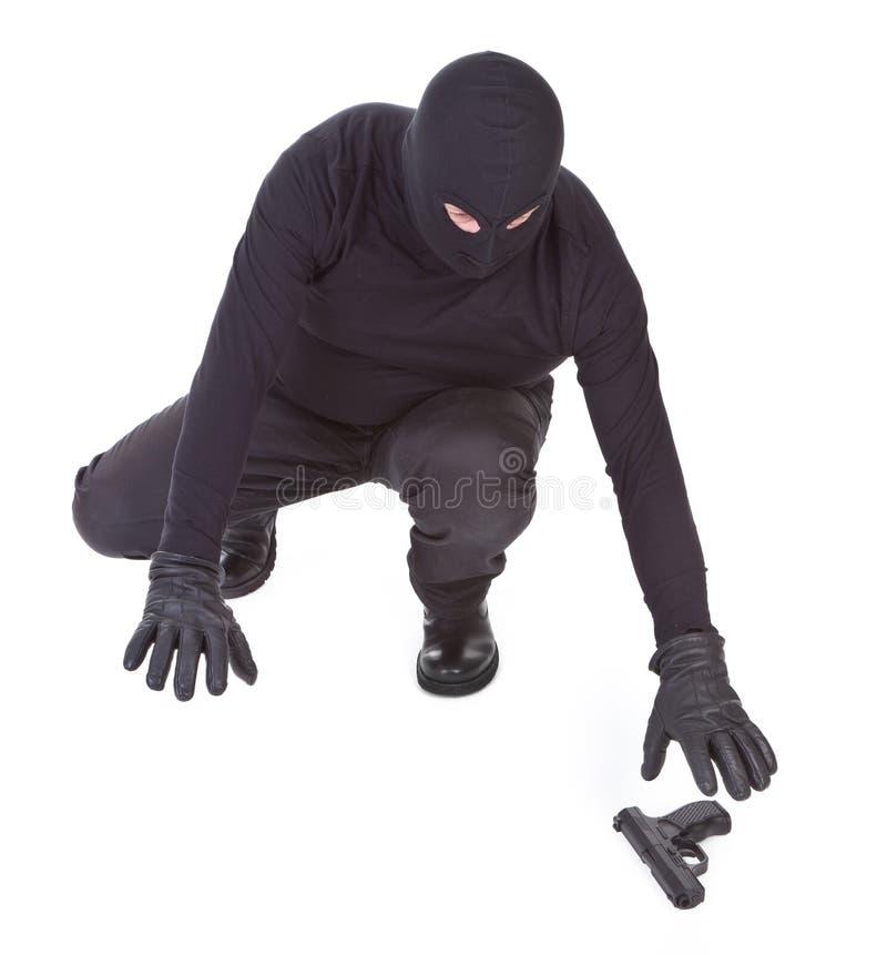 El bandido está intentando recuperar su arma