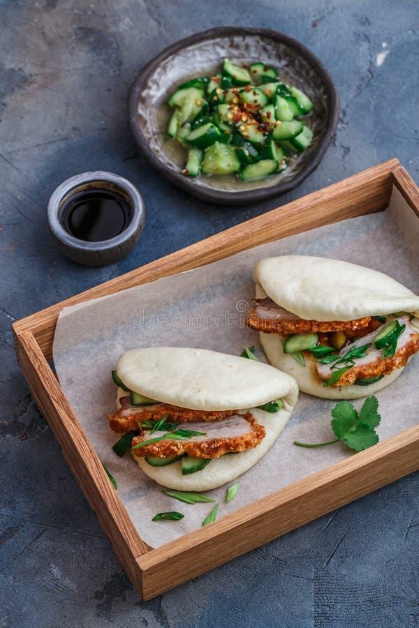 El bao de Gua, chino coció los bollos al vapor, con el vientre de cerdo en una caja de madera imagenes de archivo