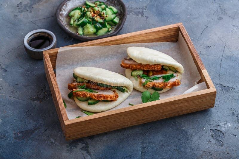 El bao de Gua, chino coció los bollos al vapor, con el vientre de cerdo en una caja de madera fotos de archivo libres de regalías