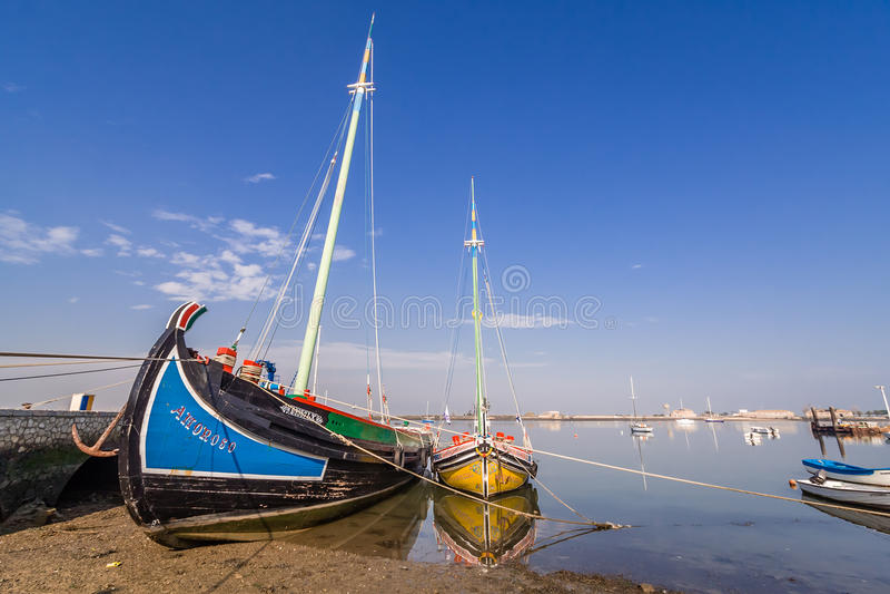 El barco Amoroso (dejado) y Bote de Fragata Baia de Varino hace Seixal (derecho) imagen de archivo libre de regalías