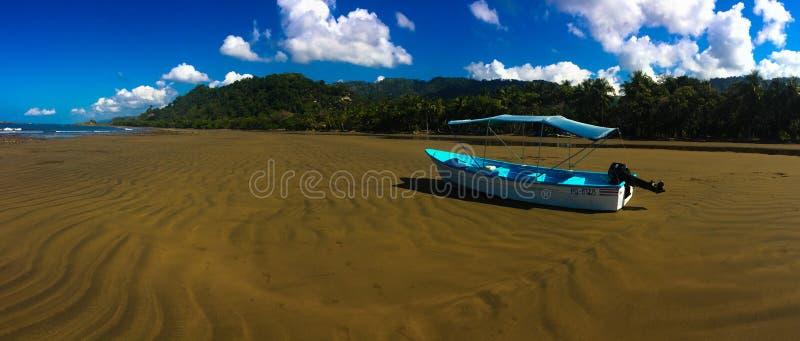El barco azul brillante de la playa fotografía de archivo libre de regalías