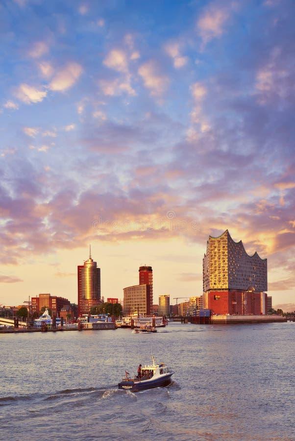 El barco con los turistas va hacia Elbphilharmonie en Hamburgo en su imagen de archivo