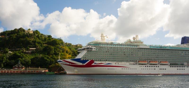 El barco de cruceros Britannia en un puerto en las islas de barlovento foto de archivo libre de regalías