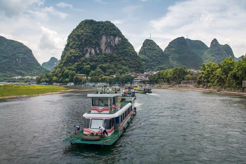 El barco de cruceros con viaje turístico la ruta escénica magnífica a lo largo del río de Li de Guilin a Yangshou imágenes de archivo libres de regalías