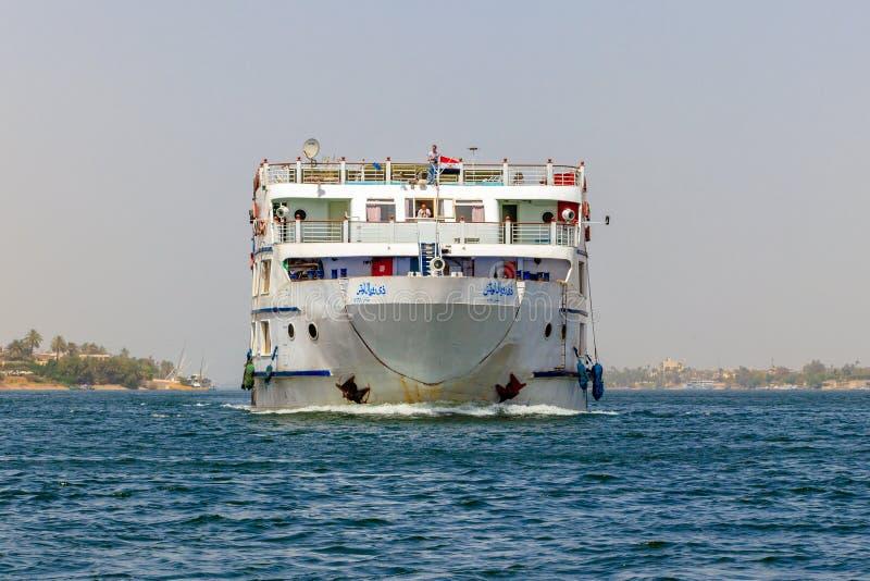 El barco de cruceros en el cruzar del río Nilo, río es una manera cómoda, de lujo del hotel-estilo, Luxor, Egipto fotografía de archivo