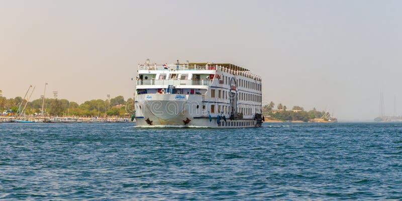 El barco de cruceros en el cruzar del río Nilo, río es una manera cómoda, de lujo del hotel-estilo, Luxor, Egipto foto de archivo libre de regalías