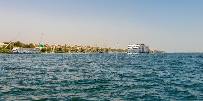 El barco de cruceros en el cruzar del río Nilo, río es una manera cómoda, de lujo del hotel-estilo, Luxor, Egipto imagen de archivo