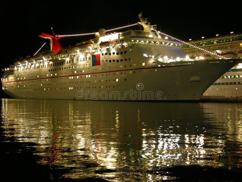 El barco de cruceros en la noche fotos de archivo libres de regalías
