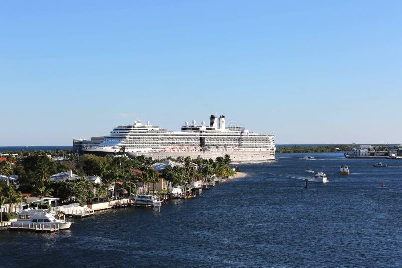 El barco de cruceros grande sale de los marismas del puerto en el Fort Lauderdale, la Florida imágenes de archivo libres de regalías