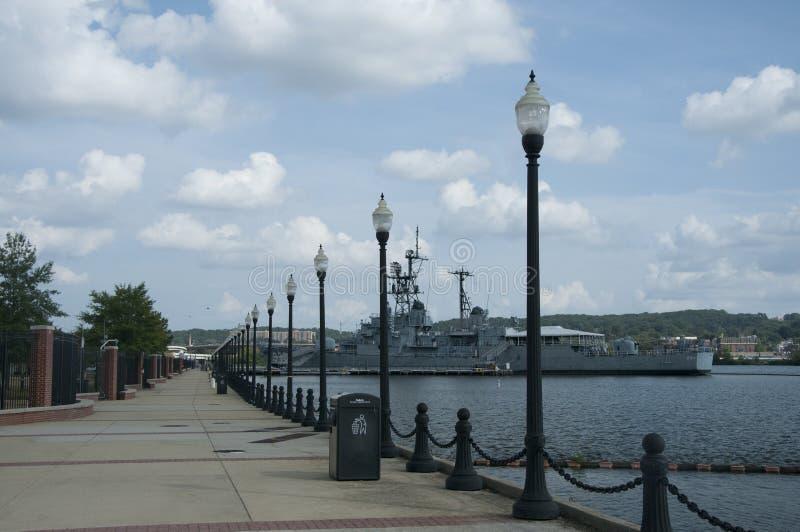 El barco de la Armada de los E.E.U.U. se ancla en el puerto en el patio de marina del río de Anacostia, Washington, DC, los E.E.U imagen de archivo libre de regalías