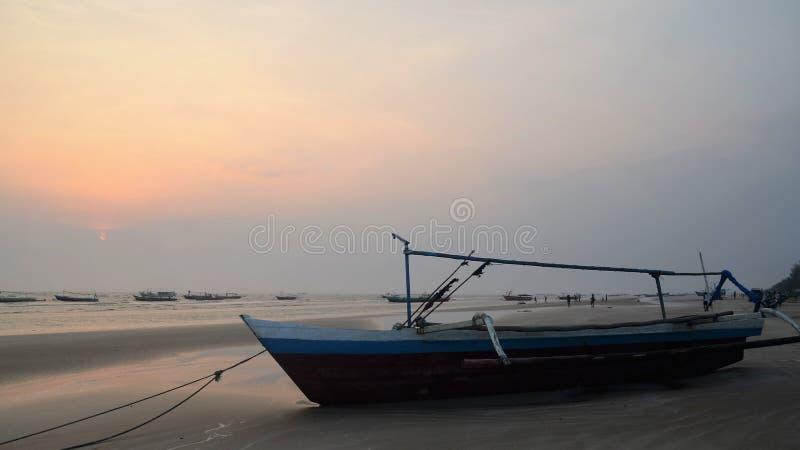 El barco 03 de la puesta del sol fotografía de archivo
