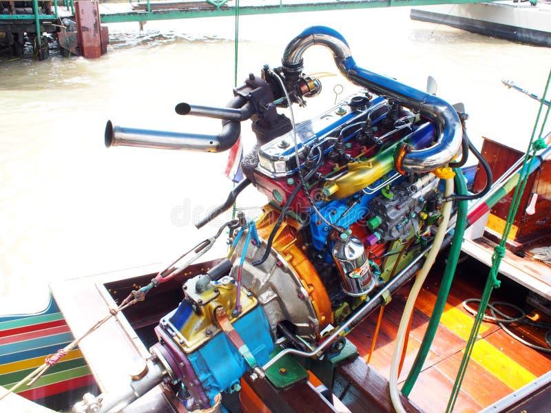 El barco de la velocidad de BANGKOK en el río Chao Phraya modificó el motor automotriz con las piezas metálicas anodizadas colori fotos de archivo
