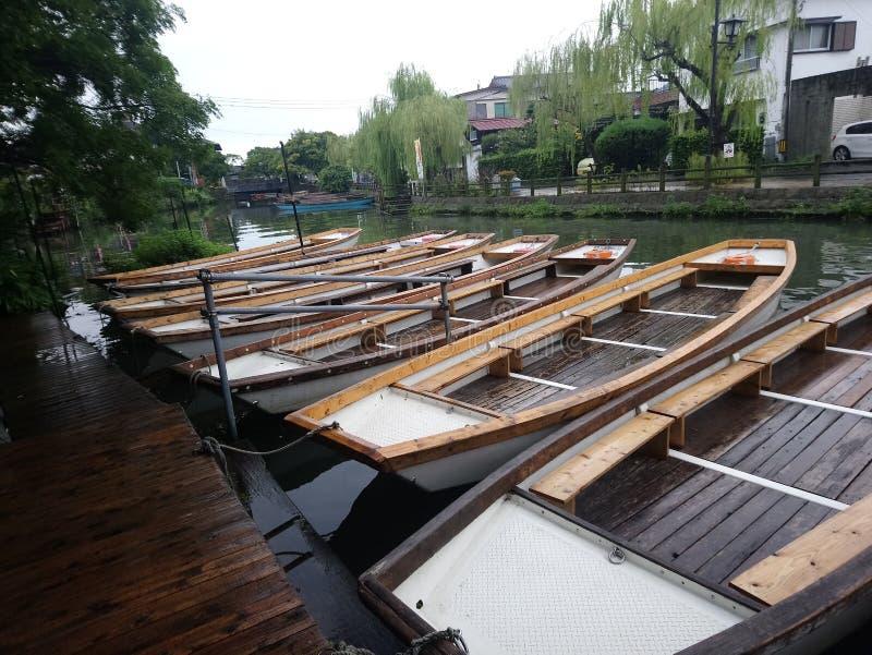 El barco de madera encendido rive fotografía de archivo libre de regalías