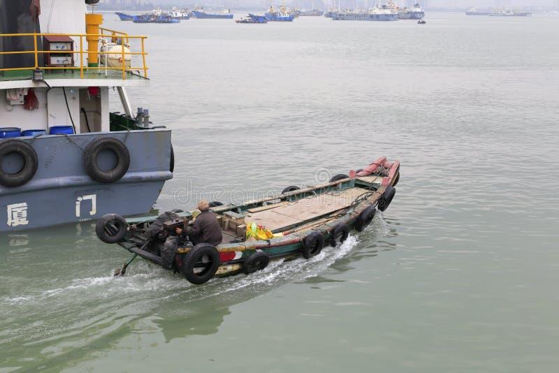 El barco de motor de madera navegó fuera de la terminal de transbordadores del songgu fotos de archivo