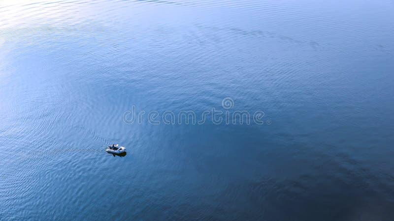 El barco de motor flota en el río fotos de archivo