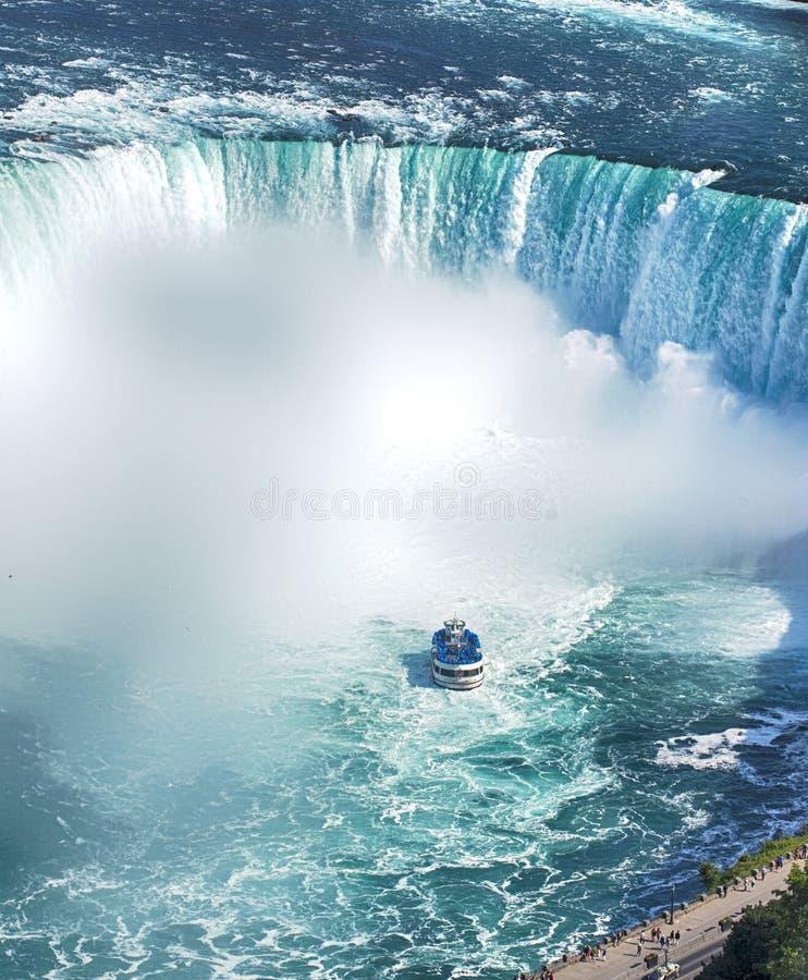 El barco de Niagara Falls viaja a la atracci?n La herradura cae en Niagara Falls, Canad? imágenes de archivo libres de regalías