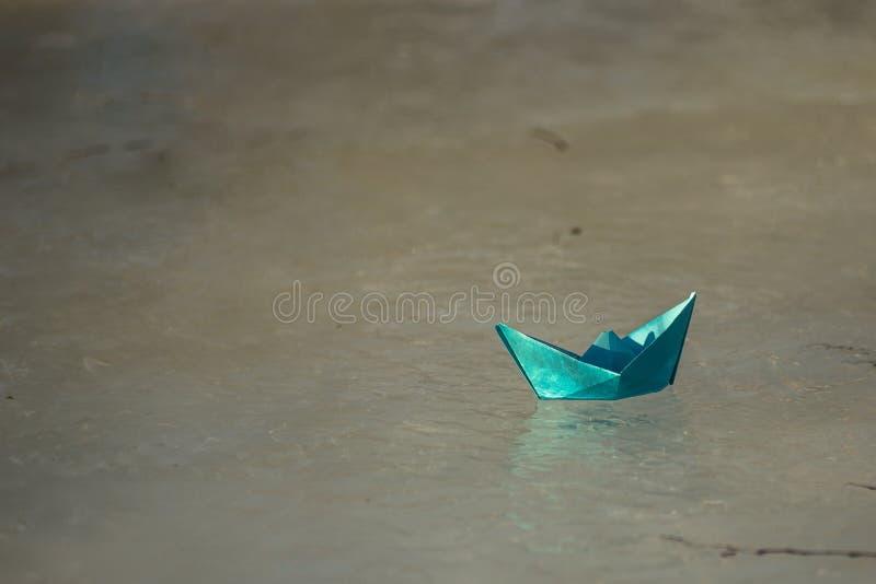 El barco de papel flota en The Creek fotos de archivo libres de regalías