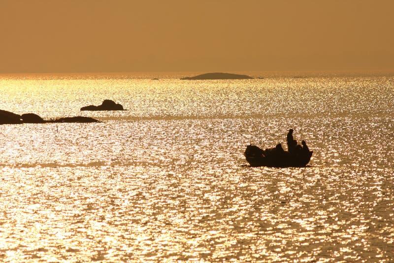 El barco de pesca adentro thegolden el mar foto de archivo
