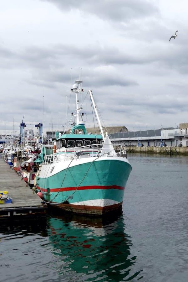 El barco de pesca atracó en el muelle de Keroman, Lorient, Bretaña, Francia imágenes de archivo libres de regalías