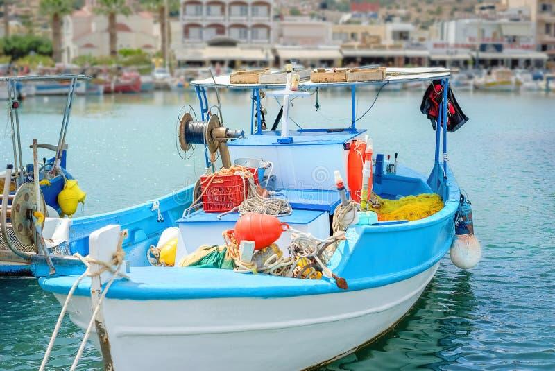 el barco de pesca Blanco-azul amarró en el puerto de Agios Nicolaos en Creta foto de archivo