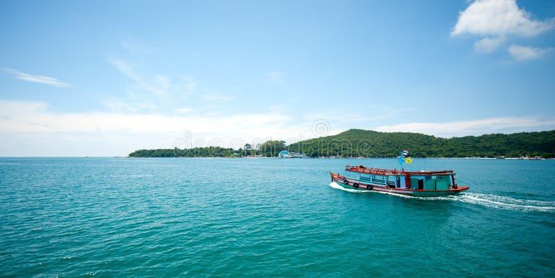 El barco de pesca con el pasajero conduce la vela a la isla hermosa imagen de archivo