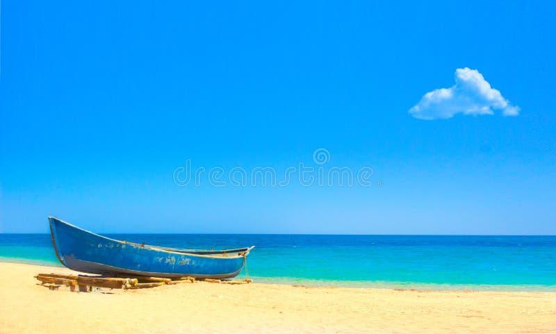 El barco de pesca en la arena tropical vara con la sola nube foto de archivo