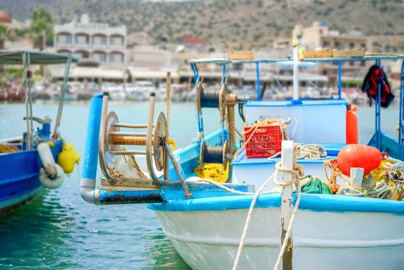 El barco de pesca de madera amarró en el puerto de Agios Nicolaos en Creta imagenes de archivo