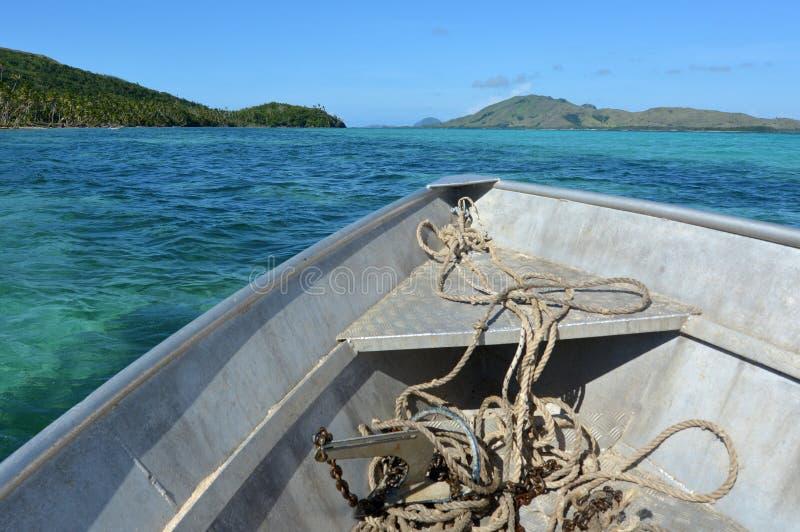 El barco de pesca navega a lo largo de las islas tropicales en Fiji fotografía de archivo