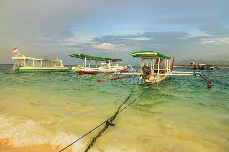 El barco de pesca se amarra en la playa arenosa de la isla de Gili Meno indonesia fotos de archivo libres de regalías