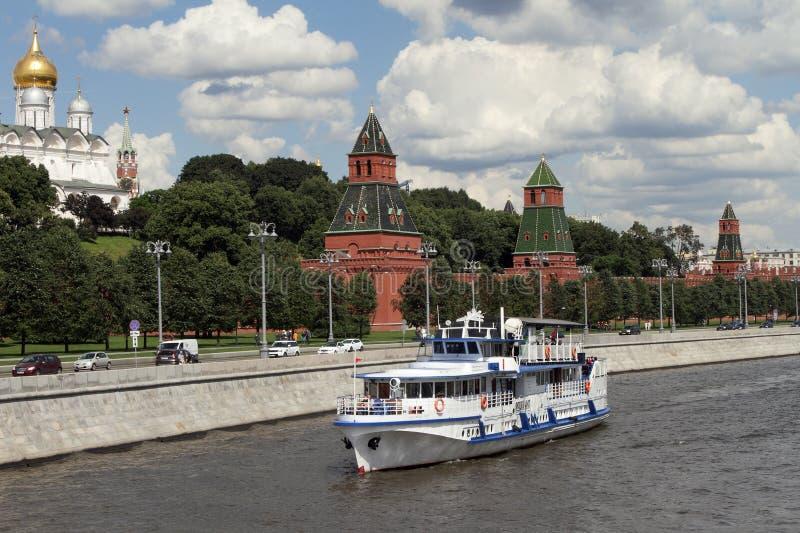 El barco de placer moderno navega a lo largo del río cerca de la Moscú Kreml fotografía de archivo libre de regalías