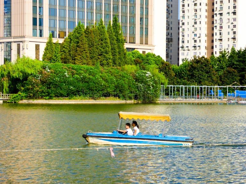El barco de visita turístico de excursión en el lago en Shangai parquea imagen de archivo libre de regalías