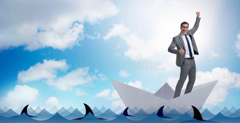 El barco emocionado de la nave del papel del montar a caballo del hombre de negocios imagenes de archivo