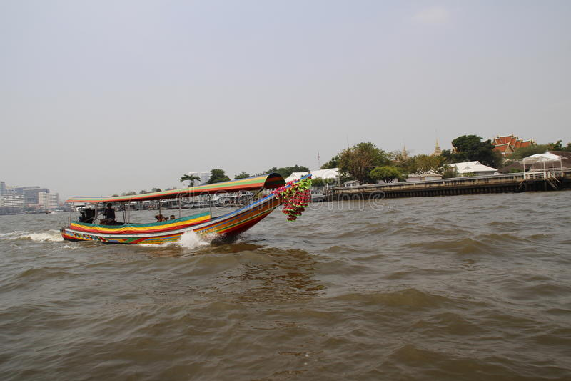El barco en el río fotos de archivo