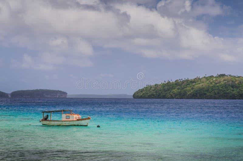 El barco en la arena del blanco vara en el Reino de Tonga imágenes de archivo libres de regalías