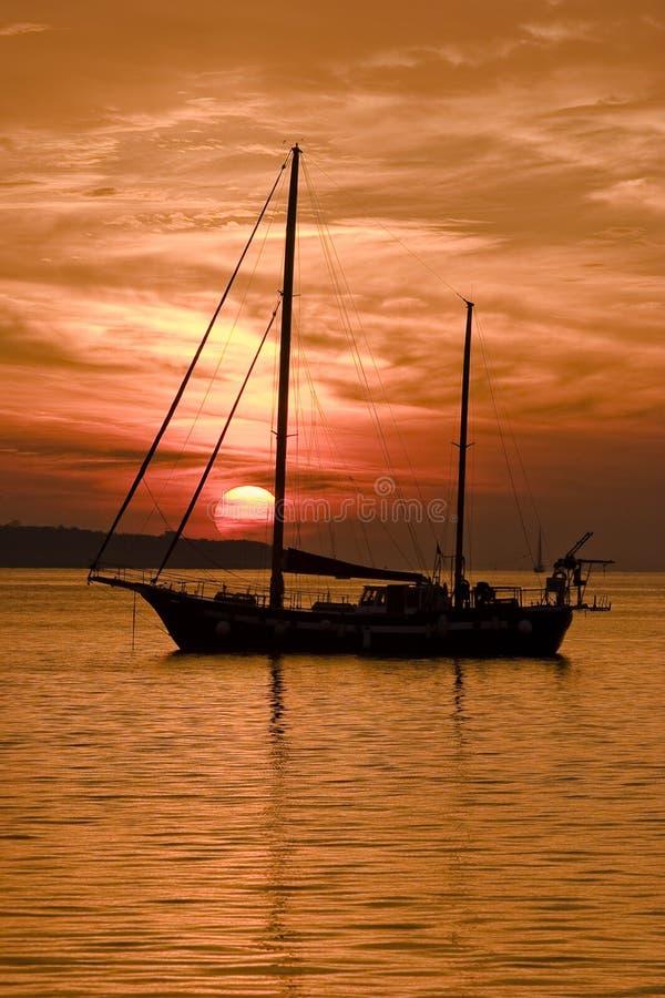 El barco en la puesta del sol imágenes de archivo libres de regalías