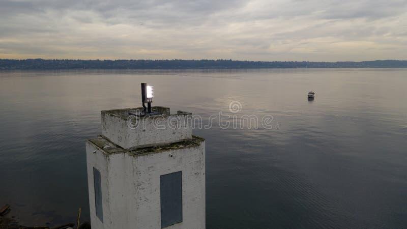 El barco en los marrones señala la bahía Puget Sound Tacoma del comienzo del faro fotos de archivo libres de regalías