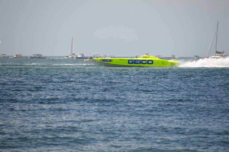 El barco estupendo a poca distancia de la costa compite con (Srta. GEICO) imagen de archivo libre de regalías