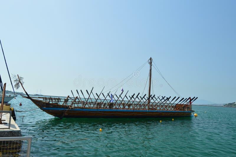 El barco legendario agradable de Argo basó en la mitología griega en el puerto de Volos Viaje de la historia de la arquitectura fotos de archivo