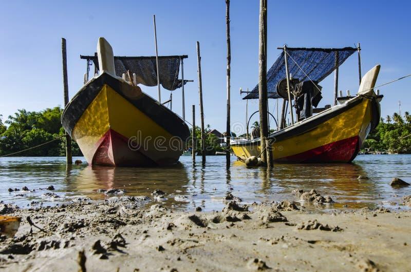 El barco malasio tradicional del pescador amarró cerca del riverbank imagen de archivo libre de regalías