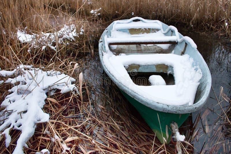 El barco no sacado de la charca y de él nevó fotografía de archivo libre de regalías