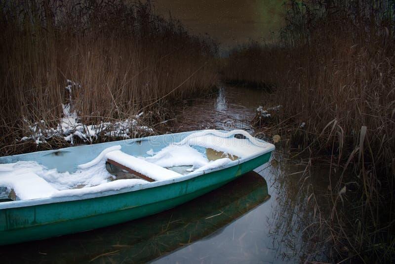 El barco no sacado de la charca y de él nevó imágenes de archivo libres de regalías