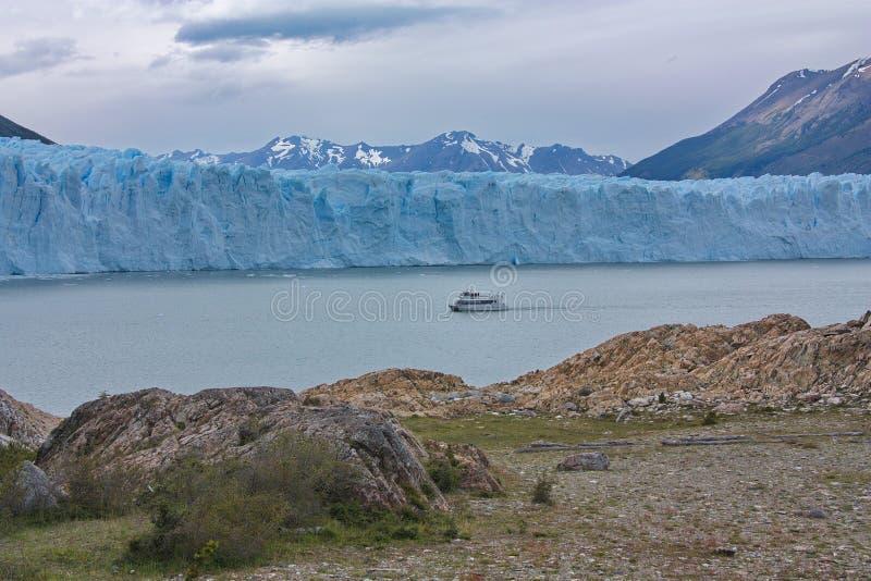 El barco que flota antes de un glaciar de Perito Moreno fotos de archivo libres de regalías