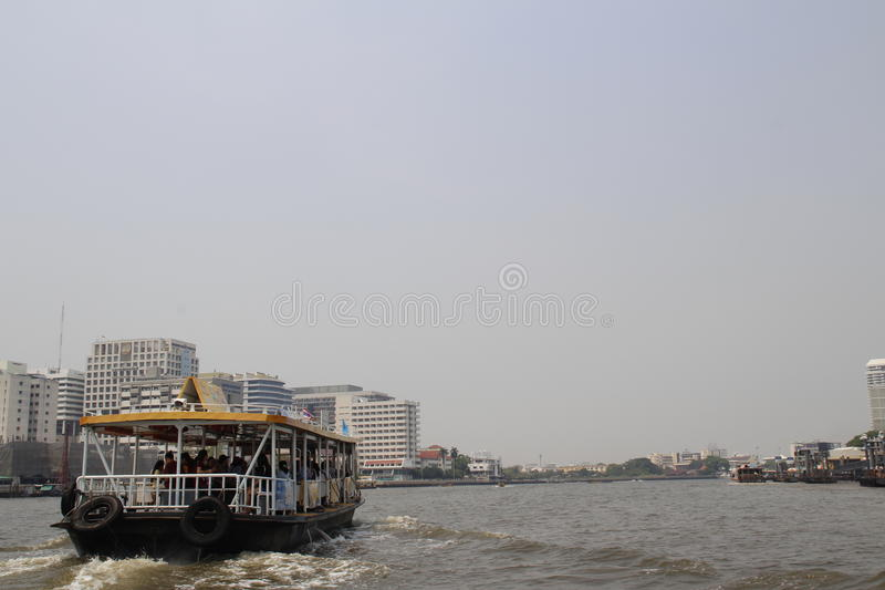 El barco que flota en el mar imagen de archivo