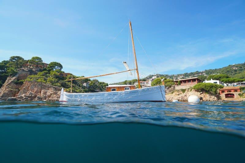 El barco recreativo típico de España amarró a Costa Brava foto de archivo