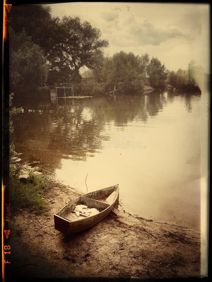 El barco solo en un campo imagen de archivo